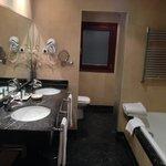 Cuarto de baño, tiene bañera y ducha independiente
