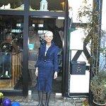 Die Inhaberin Ilona am Eingang zum Panorama