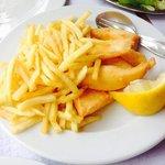 Tiras de choco com batatas fritas e salada.