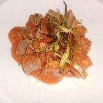 Gnocchi di patate violette ai crostacei con porro croccante