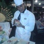 Manuel qui fait des oeuvres d'art au rayon fromage