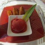 Ananas flambé au Rhum, sorbet fraise