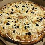 PIZZA DE CAVIAR, SALMON Y QUESO CREMA