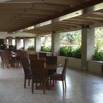La terraza dond sirven comidas preparadas en el hotel