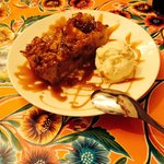 Gâteau de pain perdu aux pommes et à la cannelle / caramel à la fleur de sel & boule de glace au