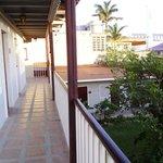 balcon de la chambre qui donne sur l'intérieur de l'hôtel