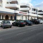 Вид на отель и парковку у отеля с улицы
