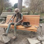 Opera d'arte fatta da giardinieri con materiali di recupero