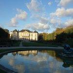 奥の庭の池から見るロダン美術館