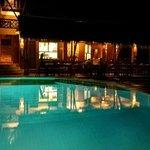 Restaurant & Pool bei Nacht