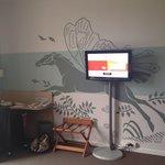 Télé et mur décoré