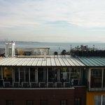 Zicht op Bosporus vanaf dakterras / onbijtbufet