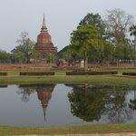 monument qui reflete dans le lac