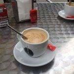 Der kaffee ist auch super ! Genau wie omelette und vieles anderes Hier Kann man Günstig Frühstüc