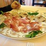 Coppa di Parma con melanzane grigliate con salsa di formaggio e noci