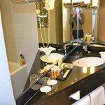 Salle de bains propre et fonctionnelle