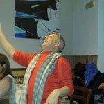 Il famoso cabarettista Gerardinella in una serata travolgente tra amici al Garum