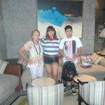 Eu, meu filho e minha mãe na ampla sala da recepção.