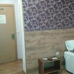 Vue de l'entrée -  Salle de bain à droite de la porte
