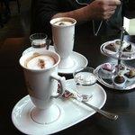 Blick auf heisse Schokolade & Pralinen