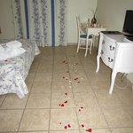 chambre avec les petales de roses et bougies