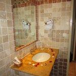 salle de bains avec petales et bougies