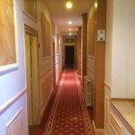 Couloir allant aux chambres dans le domaine.