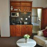 Zimmer mit kleiner Küchenzeile