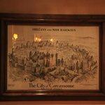 картина в отеле со старой картой города