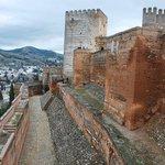 Vista de las murallas defensivas y foso-La Alhambra