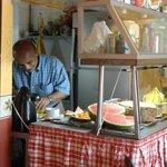 Rubén preparando el desayuno.