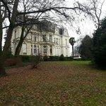 从花园看过去的酒店,满是落叶的小径