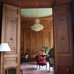 古老的有味道的客厅,木雕的乐器图案,音箱里传来的是轻轻的歌剧的声音