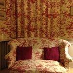 另一间客房,窗帘和沙发浑然一体