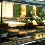 Pimientos queso y croquetas en el mostrador
