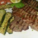 bistecca di cavallo con zucchine alla griglia