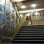 De stijlvolle trap die door de boot loopt.