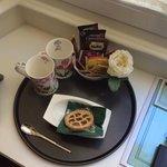 La colazione in camera: una crostatina e del caffè soluobile