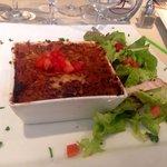 Cannellonis brousse, épinards et saumon avec de la salade et des des de tomates