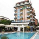Отель и бассейн