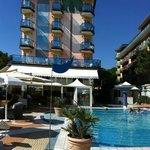 Der Pool liegt zwischen Hotel und Strandpromenade