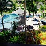 Fin utsikt på poolen med poolbar