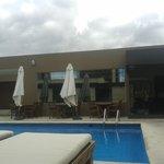 piscina y cielo azul
