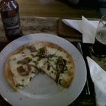 Pizza y Antares en el bar