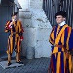 De zwitserse wachten, voor de ingang van het vaticaan