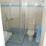 clean bathroom, nice shower