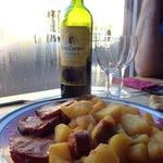 Lomo et patates à la sauce relevée et bon petit vin espagnol!