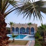 Zicht op het zwembad vanaf de achterkant van de Riad.