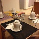 朝食場所のテーブル