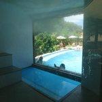 Sauna com vista para a piscina.